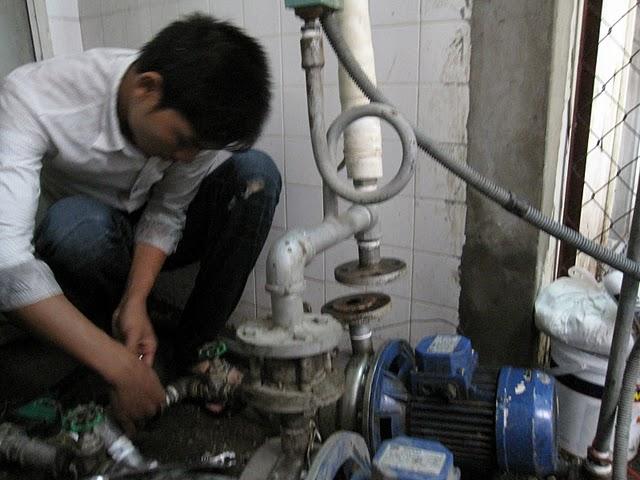 Kỹ thuật điện nước Hà Nội đang xử lý 1 trường hợp máy bơm không lên nước tại nhà khách hàng