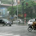 Cách đi xe máy an toàn trong trời mưa