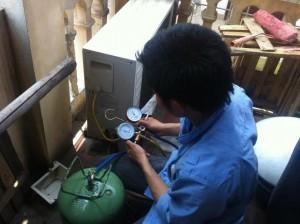 Thợ kỹ thuật kiểm tra lưu lượng gas nạp bổ sung (Ảnh VietFix)